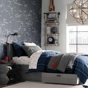 Карта звездного неба на стене за кроватью