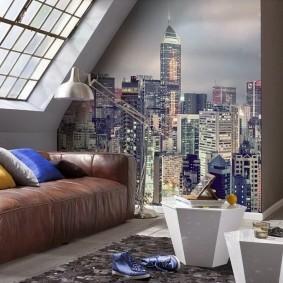 Кожаный диванчик в мансардной комнате