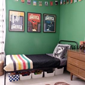 Постеры на стене зеленого цвета