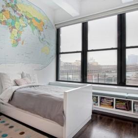Большое окно в детской спальне