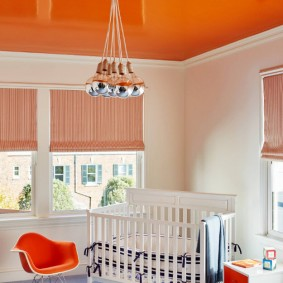 Оранжевый потолок в интерьере детской комнаты