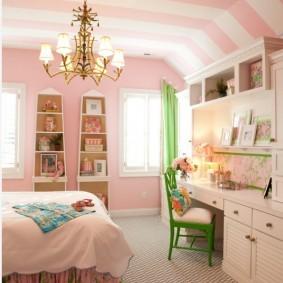 Розовые полосы на белом потолке