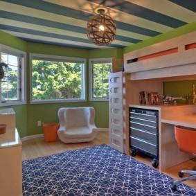 Зеленые стены в комнате с эркером