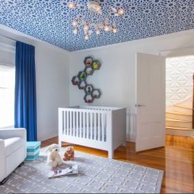 Синие шторы в белой комнате