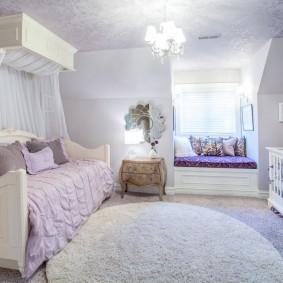 Яркое освещение комнаты для маленькой принцессы