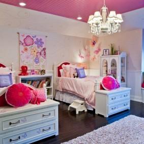 Просторная спальня для двоих девочек