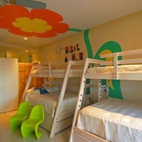 Двухъярусные кровати в комнате для четырех детей