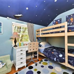 Деревянная кровать в два яруса в комнате братьев