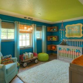 Зеленый потолок в детской комнате