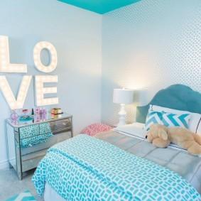 Неоновые буквы на стене комнаты