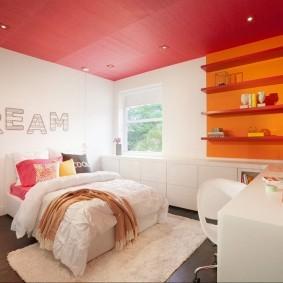Красный потолок в комнате с белыми стенами