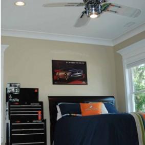 Светильник с вентилятором на белом потолке