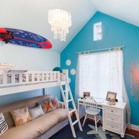 Белый письменный стол перед окном в стене бирюзового цвета