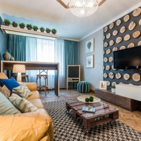 Декорирование стены гостиной деревянными спилами