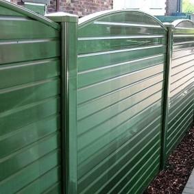 Зеленый забор с глянцевой поверхностью