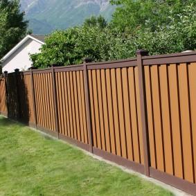 Пластиковый забор с коричневыми планками