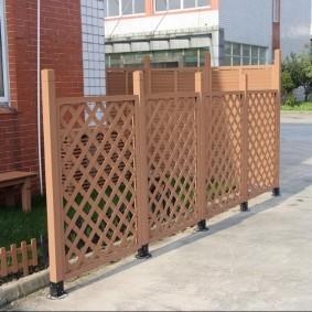 Решетчатый забор из полимерного материала