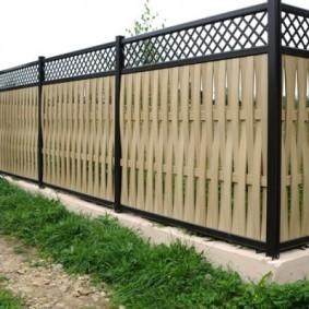 Пластиковая ограда на бетонном основании