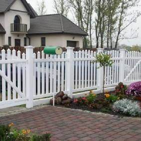 Красивый белый забор в американском стиле