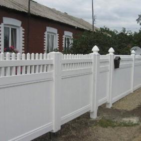Почтовый ящик на заборе белого цвета