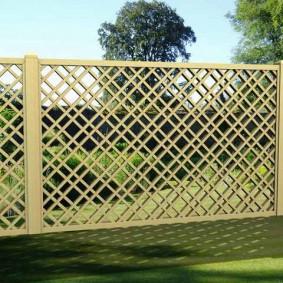 Забор из пластиковой решетки на участке под постройку
