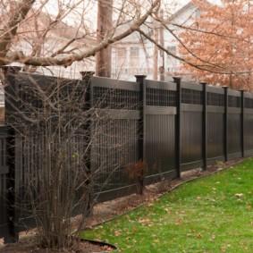 Осень в саду с черным забором