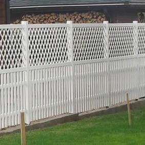 Сарай для дров за белым забором