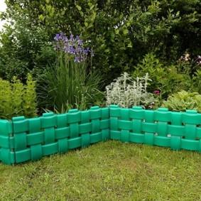 Зеленый заборчик для садовой клумбы