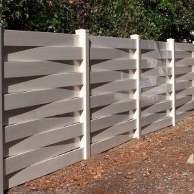 Оригинальный забор из широких панелей