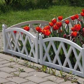 Красные тюльпаны на цветочной клумбе