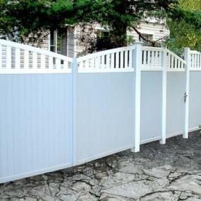 Ворота из пластиковых панелей перед загородным домом