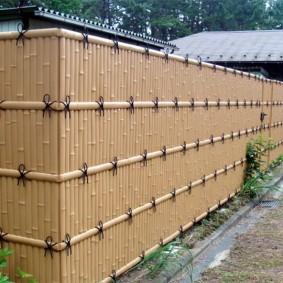 Высокий забор с имитацией бамбукового ограждения
