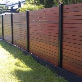 Черные столбики на красивом заборе