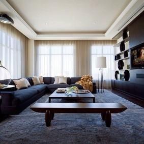 Вместительный диван в угловой гостиной