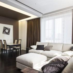 Коричневы занавески в зале с белым диваном