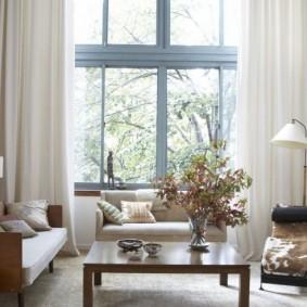 Светлые шторы на большом окне