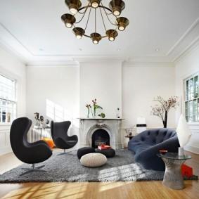 Удобная мебель в зале с камином