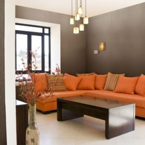 Яркая обивка дивана на фоне серых стен