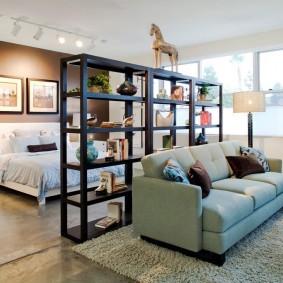 Открытый стеллаж в роли разделителя гостиной