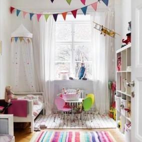 Гирлянда из цветных флажков в белой комнате