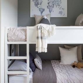 Двухъярусная кроватка для маленьких детей