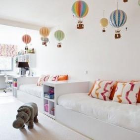 Воздушные шары на потолке детской