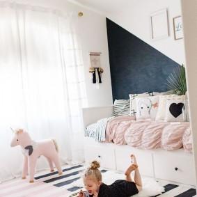 Полосатый коврик в спальне девочки
