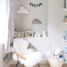 Меховая накидка на детском кресле