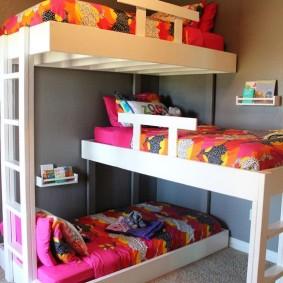 Спальная зона в комнате для троих детей