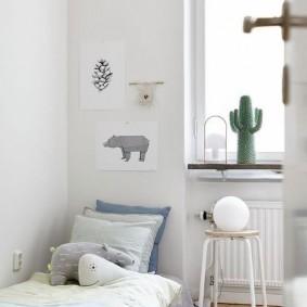 Низкая кроватка в светлой комнате