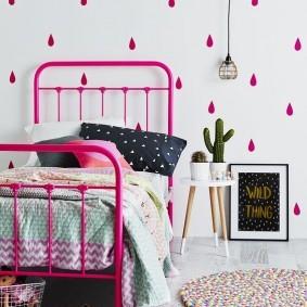 Розовая кровать на металлическом каркасе
