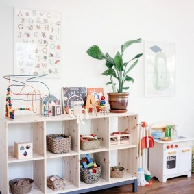 Открытый стеллаж в детской комнате
