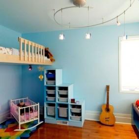Угловое окно в детской комнате