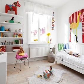Яркий декор комнаты с белыми стенами